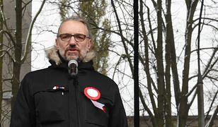 Lider KOD Mateusz Kijowski na pl. Narutowicza przed rozpoczęciem marszu.