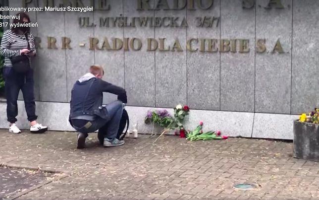 Krótkie wideo składania zniczy pod tablicą - szyldem radia na swoim profilu facebookowym opublikował znany pisarz Mariusz Szczygieł