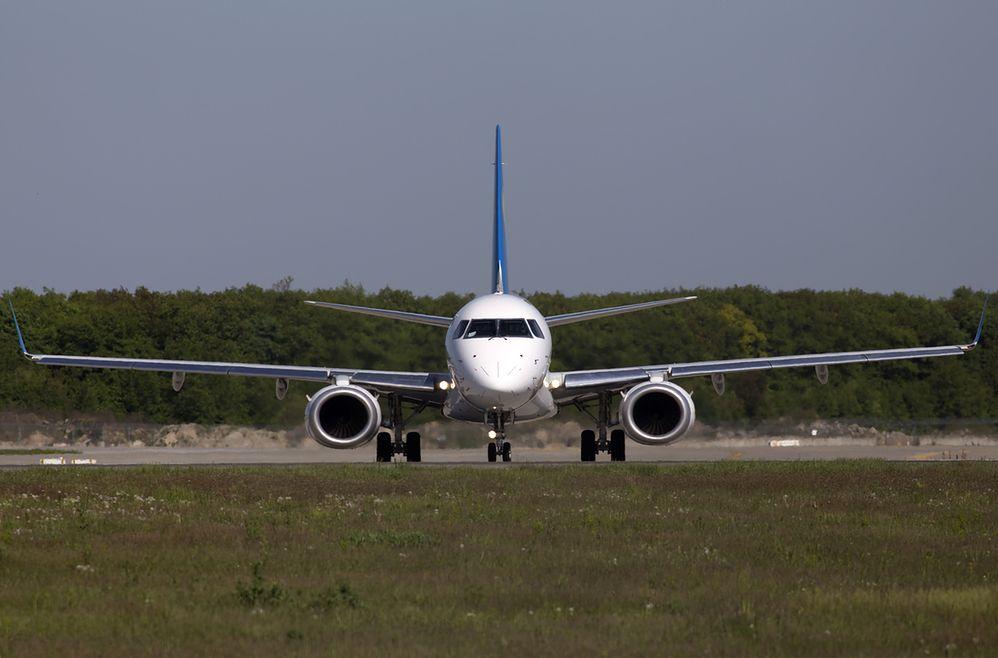 Niesforny pasażer na pokładzie samolotu do Wrocławia. Wyprowadzono go w kajdankach