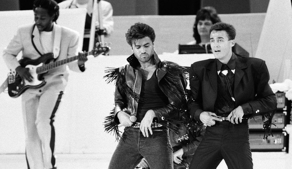 Basista Deon Estus (pierwszy z lewej) zmarł 11 października. Na zdjęciu duet Wham!, czyli George Michael i Andrew Ridgeley, na koncercie na Stadionie Wembley  28 czerwca 1986 r.