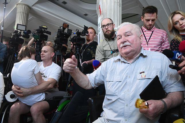 """Lech Wałęsa skomentował spotkanie z protestującymi. """"Przeżyłem to bardzo"""""""