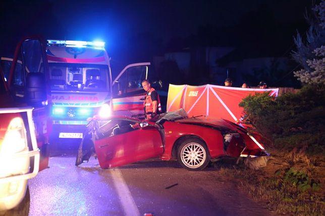 Tragiczny wypadek w Białobieli. Toyota rozpadła się na pół, kierowca nie żyje