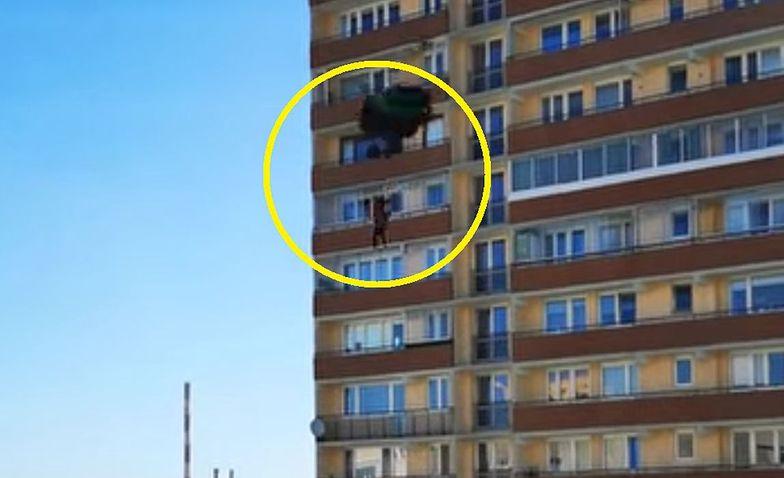 Szalony skok z balkonu wieżowca na warszawskich Bielanach