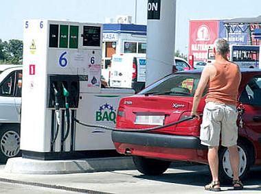 Taniej przy dystrybutorach, ale nadal mamy jedne z najdroższych paliw w Europie