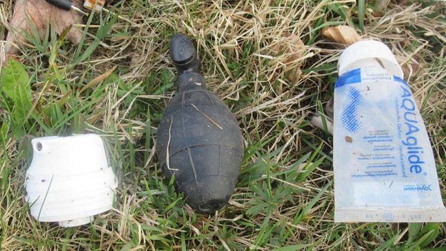 W siatce znaleziono gumowy granat, prezerwatywy oraz lubrykant