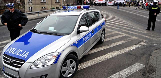 Policjant podyktuje do laptopa