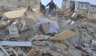 Turcja: Silne trzęsienie ziemi. Zniszczone budynki i zalane ulice