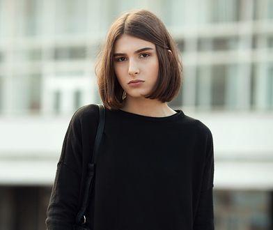 Klasyczne bluzy doskonale wtapiają się w stylizacje w wersji total black - także te formalne i eleganckie