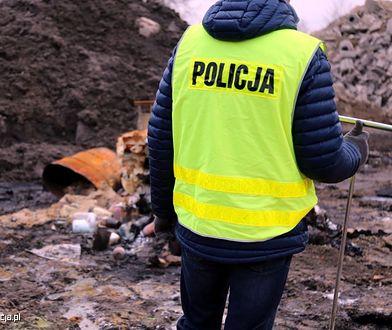 Nielegalne składowisko w Leśniakowiźnie pod Wołominem. Zabezpieczono leki i pojemniki z substancją płynną.