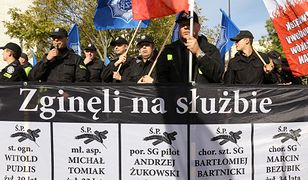 Mundurowi protestują przed gmachem Sejmu