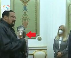 Wenezuela. Steven Seagal dał prezydentowi prezent. Nie uwierzycie, co takiego