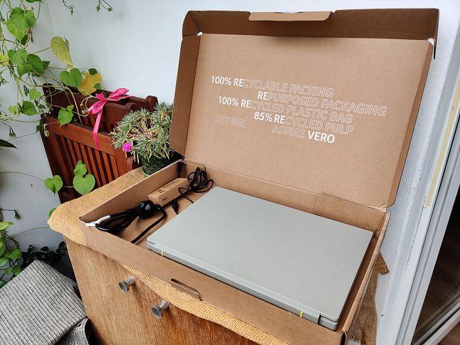 Wyjąłem tacki zabezpieczające laptop w transporcie, by ładniej wyglądało :)