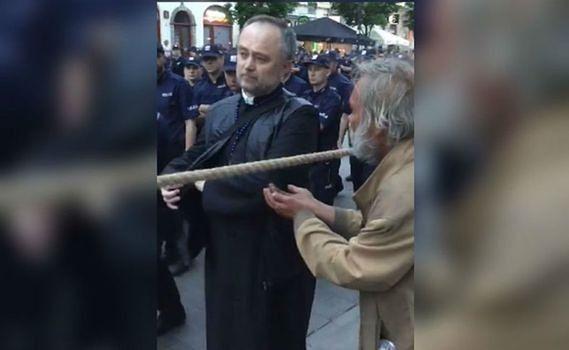 Bezdomny prosi księdza o jałmużnę podczas miesięcznicy smoleńskiej. Nie spodziewał się takiej reakcji