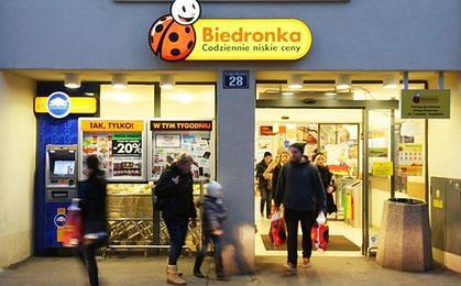 Biedronka sprzedaje pieczywo z podłogi? Sieć się tłumaczy