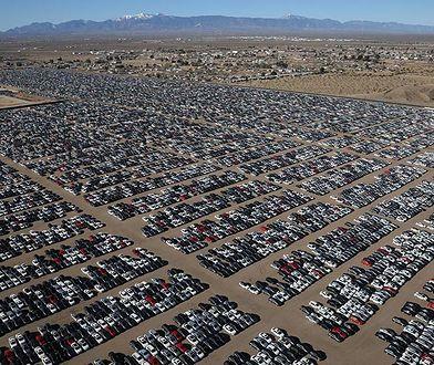 Składowisko na pustyni w Kalifornii pełne samochodów