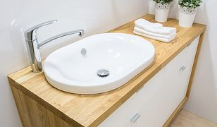 Aranżacja łazienki w praktyce. Umywalka wpuszczana w blat czy nablatowa?