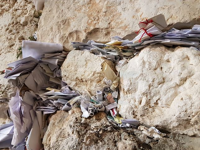 W szczelinach Ściany Płaczu znajduje się morze karteczek z modlitwami