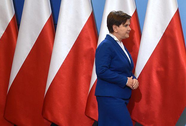 Premier zdecydowała o usunięciu flag UE i podczas konferencji prezentuje się jedynie na tle polskich barw narodowych.