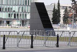 Warszawa. Obchody rocznicy katastrofy smoleńskiej. Msza rano i wieczorem, złożenie kwiatów i blokada
