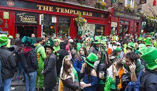 17 marca ulice irlandzkich miast są pełne świętujących ludzi w różnym wieku