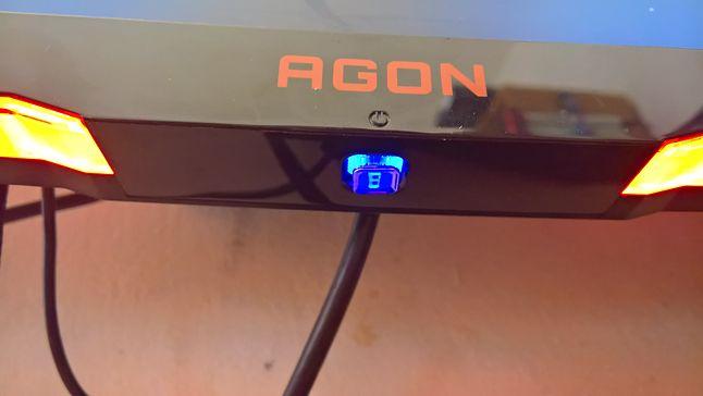 Przycisk pod ekranem do sterowania ustawieniami monitora :D