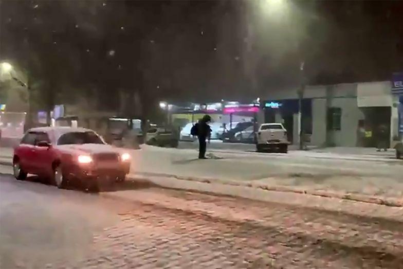 Pogoda wariuje. Ulice równikowego kraju pokrył biały puch