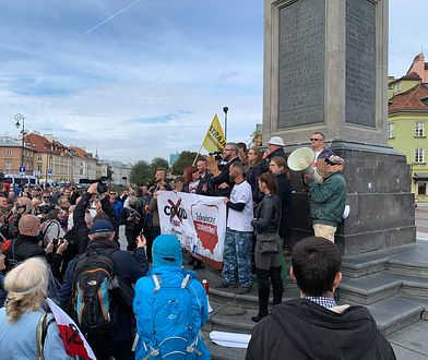Warszawa. Protestujący na pl. Zamkowym