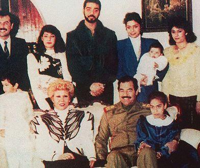 Szczęśliwy obrazek rodzinny? Do czasu. Ali Reza (pierwszy po prawej) odebrał sobie życie. Jego młodsza siostra (w chwili robienia zdjęcia była jeszcze niemowlakiem) także zmarła tragicznie. Szach z dziećmi w początkach lat 70. (Royal court of Iran/CC BY 2.5).