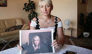 Mama Iwony Wieczorek pokazuje zdjęcie córki.