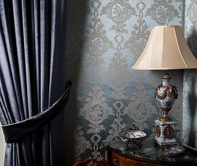 Dekoracje w stylu glamour dodadzą uroku wnętrzu. Warto łączyć wzorzyste dodatki ze stonowanymi elementami pomieszczenia