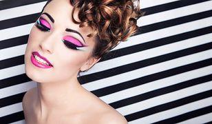 Intensywne odcienie pasteli są charakterystyczne dla glam rockowego makijażu