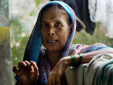Jej przodkowie rządzili 1/4 ludzkości. Ona żyje w slumsach