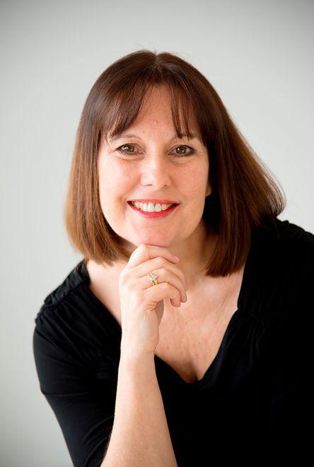 Autorka przez wiele lat pracowała w mediach. Rozmowy z uczestnikami programu zainspirowały ją do stworzenia książki.