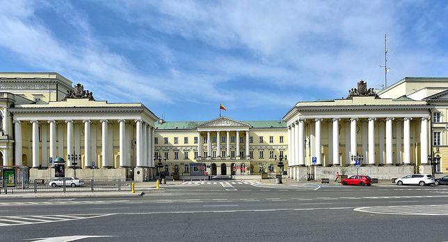 Warszawa. Radni stolicy minutą ciszy wyrazili solidarność ze wszystkimi ofiarami pandemii i złożyli podziękowanie walczącym z koronawirusem na pierwszym froncie