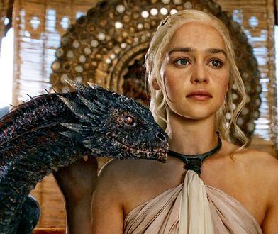 Daenerys z młodym Drogonem