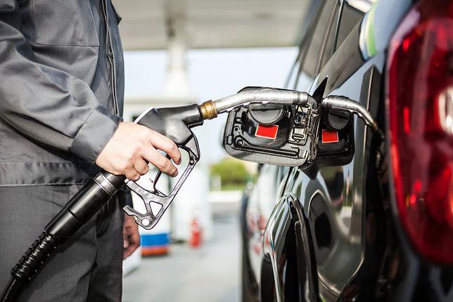 Ceny paliw w wakacje. Zobacz, jak oszczędzić ponad 80 gr na litrze benzyny