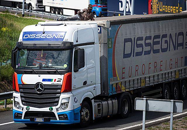 Imigrant zmiażdżony przez ciężarówkę. 9 ofiara szturmów Eurotunelu
