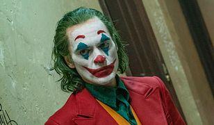 """Joaquin Phoenix w filmie """"Joker"""" zagrał Arthura Flecka. Czy to ten sam Joker, który po latach walczył z Batmanem?"""