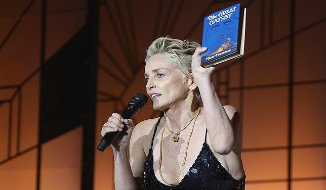 """Sharon Stone prezentuje pierwsze wydanie """"Wielkiego Gatsby'ego""""."""