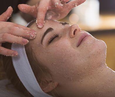 Peeling pozwala przygotować skórę do manualnego oczyszczania skóry