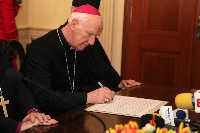 Parafianie uważają, że bp Dec fałszywie oskarżył ich byłego proboszcza o to, że ma nieślubne dziecko z gosposią