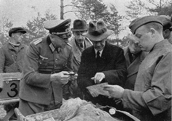 Były premier Polski Leon Kozłowski bierze udział w identyfikacji zwłok polskich oficerów wydobywanych z katyńskich grobów