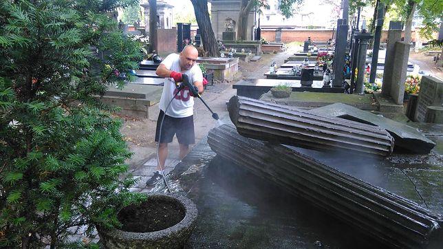 Pracownicy Muzeum Powstania Warszawskiego uprzątnęli grób rodziny generała