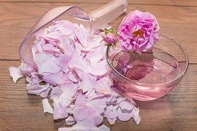 Woda różana – właściwości, zastosowanie, przepis na domową wodę różaną