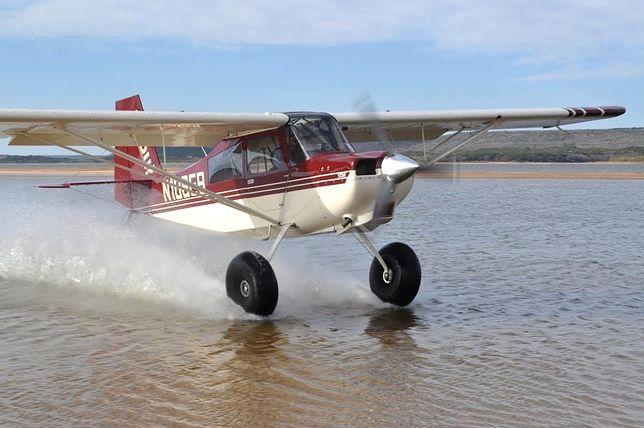 Maszyna Carbon Cup jest niewielkich rozmiarów i może lądować nawet na trudnym terenie