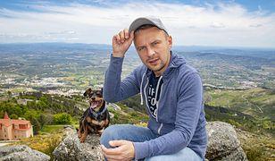 """7 tys. kilometrów pieszo. Mimo epidemii warszawiak dalej """"spaceruje"""" z psem po Europie"""