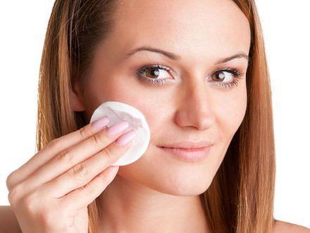 Demakijaż OCM — na czym polega oczyszczanie twarzy olejami?