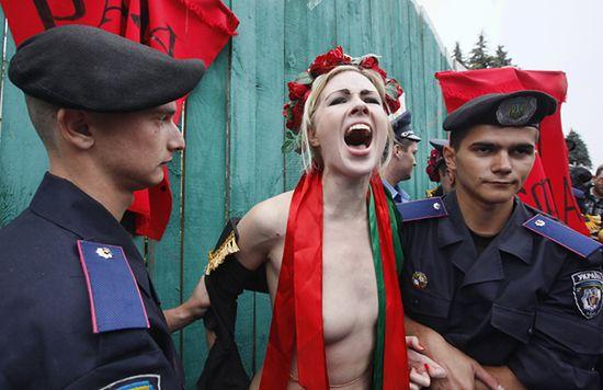 Roznegliżowane Ukrainki i milicjanci - zdjęcia