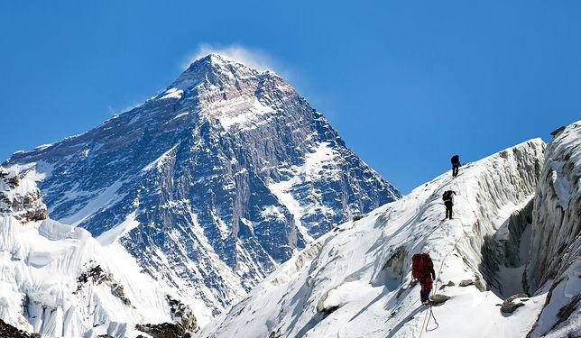 Mount Everest to ośmiotysięcznik położony w Himalajach Wysokich, na granicy Nepalu i Tybetu