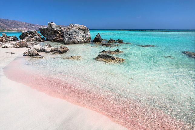 Plaża w Elafonisi z charakterystycznym różowym piaskiem z koralowców